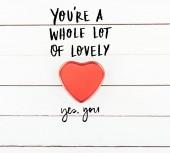 pohled box ve tvaru červeného srdce s valentines day shora jsi moc krásná, ano, jste písmem na bílém pozadí dřevěná
