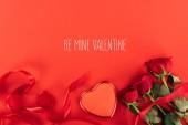 pohled ze srdce ve tvaru krabice a růže izolovaných na červené buď můj miláček shora nápis, st valentines day koncept