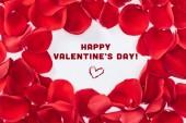 Fotografie Draufsicht der Runde Blumenrahmen gemacht mit roten Rosenblättern isoliert auf weiß mit Schriftzug Happy Valentines Day