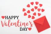 Fotografia vista elevata di simboli del cuore e busta rossa isolato su bianco, felice San Valentino
