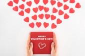 levágott lövés tartó keret, a Boldog Valentin-napot felirat alatti tucat piros szív szimbólum elszigetelt fehér női