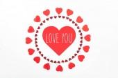 Fotografie pohled shora kruhy vyrobené z červené srdce symbolů izolované na bílém s love you nápisy