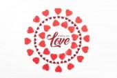 pohled shora kruhů z červené srdce symbolů izolované na bílém s nápisem posílá že milostný