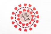 felülnézet körök piros szív szimbólum elszigetelt, fehér, hello love betűkkel készült
