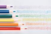 pohled Rainbow shora barevné tužky a barevné tahy na šedém pozadí, koncept lgbt