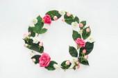 pohled shora kruhové kompozice s zelenými listy a květy izolované na bílém
