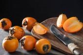 a vágódeszkát, kést érett és narancssárga datolyaszilva