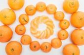 Fotografie plochý ležela s kruhy oloupaná mandarinka řezy a celé mandarinky na bílém pozadí