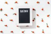 Fotografie pohled shora na chalk Rady s nápisem menu mezi cherry rajčaty a listy
