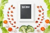 pohled shora chalk Rady s menu písmem mezi rajčaty, salátových listů, parmskou šunkou, brokolicí a česnekem