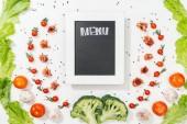 Chalk Rady s nápisem menu mezi rajčata, listy salátu, parmská šunka, brokolice, koření a česnek