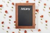 Fotografie pohled shora na chalk Rady s nápisem menu mezi prosciutto, olivy a česnek stroužky