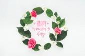 zöld levelek, rózsa, krizantém, elszigetelt fehér kör összetételének felülnézet