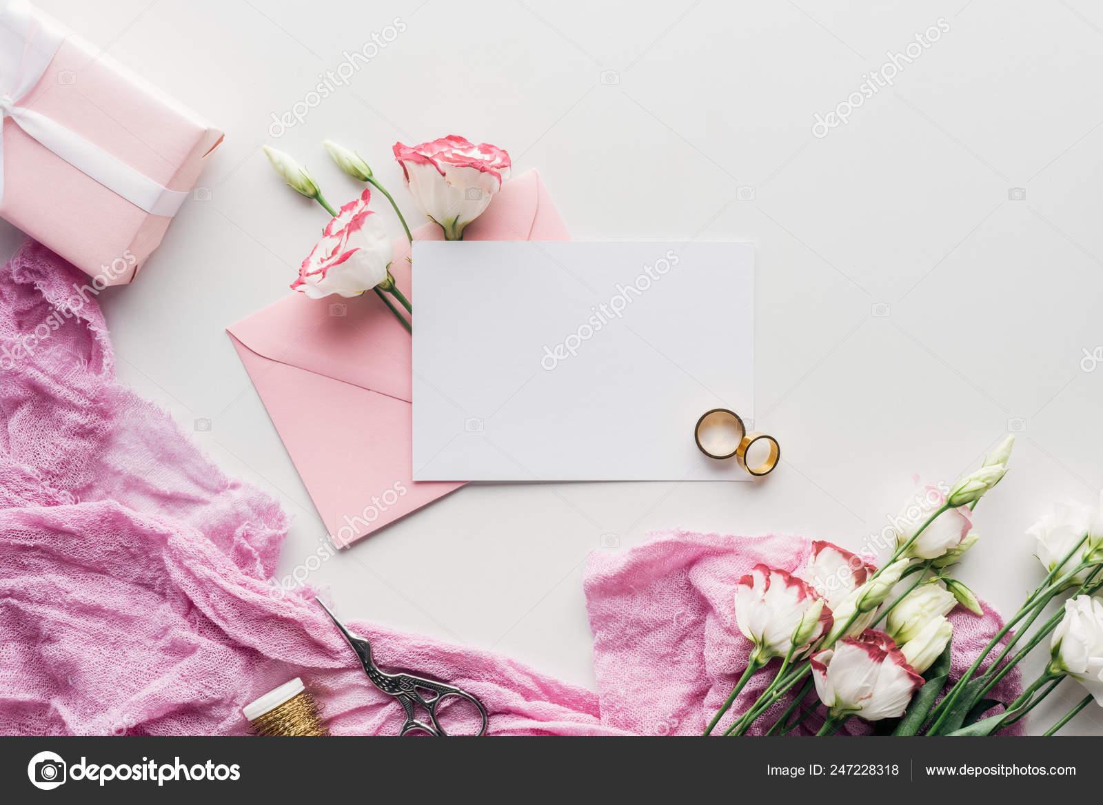 Draufsicht Der Leere Karte Mit Rosa Umschlag Blumen Tuch