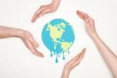 částečné zobrazení mužských a ženských rukou kolem papíru řezu tání zeměkoule na bílém pozadí, globální oteplování koncepce