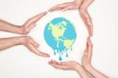 Fényképek a nők és férfiak körülvevő papír vágott nézet vágott kézzel olvadó globe fehér alapon, a globális felmelegedés koncepció