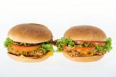 leckere ungesunde Chicken Burger isoliert auf weiss