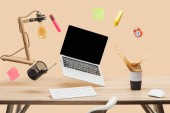 notebook s prázdná obrazovka, lampa, prázdné rychlých poznámek a šablon, vznášející se ve vzduchu nad pracovišti s thermomug s úvodní kávy na stole, samostatný na béžové