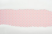 szakadt fehér textúrájú papírt másolási hely piros pontozott háttér