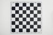 pohled shora prázdné černé a bílé šachovnice na bílém pozadí