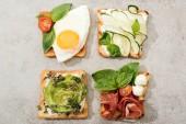 Pohled shora toasty se zeleninou, vejcem a parmskou šunkou na texturou povrchu