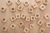 autizmus betűkkel készült fa kocka, a különböző betűk a táblázat felső nézetében