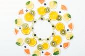 Byt s řezaných plodů a borůvky na bílém povrchu