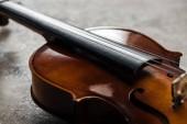 Nahaufnahme des klassischen Cello auf grauem strukturiertem Hintergrund