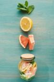 Detox-Drink im Glas mit Zitronen, Grapefruits und Minze