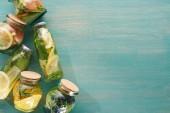 Fotografie Blick auf die Entgiftung von frischen Getränken in Flaschen und Gläsern mit Obst, Gemüse, Kräutern, Beeren und Grün