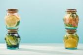 Entgiftungsgetränke in Gläsern mit frischen Früchten isoliert auf Blau
