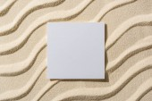 Photo top view of sandy background with smooth waves and blank card