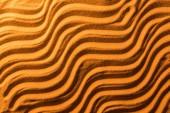 felülnézet a homokos háttérrel sima hullámok és narancssárga színű szűrő