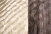 Horní pohled na texturované a dřevěné hnědé prkno s prostorem pro kopírování