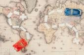 Fotografie Pohled na červené a modré hračky na mapě světa