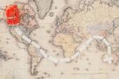 Fotografia Vista dallalto dellauto giocattolo rossa sulla mappa del mondo