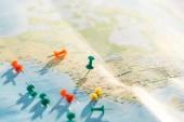 selektivní zaměření mapy světa s barevnou tlačepy