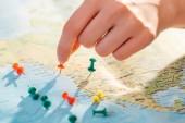 Částečné zobrazení žen a barevných tlačků na mapě světa