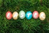a festett tarka tojások húsvéti szót zöld fű