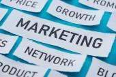 uzavření pohledu na složky marketingu na kousky papíru na modrém