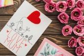 felülnézet az eustoma virágok és szerelmes anya betűkkel a fából készült asztal