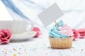célzott hangsúly a finom cupcake díszített Sprinkles és üres kártya