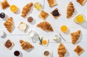 felül édes croissant a közeli ízletes pirítós és italok, fehér