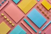 pohled na barevné papírnické zboží na růžovém