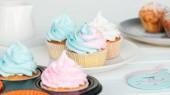deliziosi cupcakes decorati con glassa colorata sul piatto isolato sul grigio