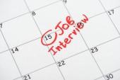 tisk kalendáře s červenou značkou a písmem pracovního rozhovoru