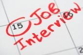 zavření zobrazení tiskového kalendáře s červenou značkou a slovy pro dotazování na zaměstnání