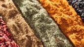 uzavření pohledu na tradiční různé indické koření v řadách