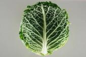 a szürkére izolált zöld organikus káposztafélék felülnézete