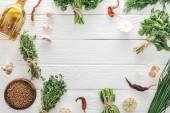 felülnézet a zöld gyógynövények és fűszerek fehér fából készült asztal másolási tér